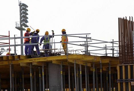 Qataria on painostettu parantamaan siirtolaistyöntekijöiden oikeuksia ja työoloja.