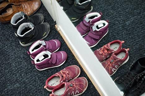 Nykyään Rachael ottaa kengät pois sisätiloissa myös Yhdysvalloissa.