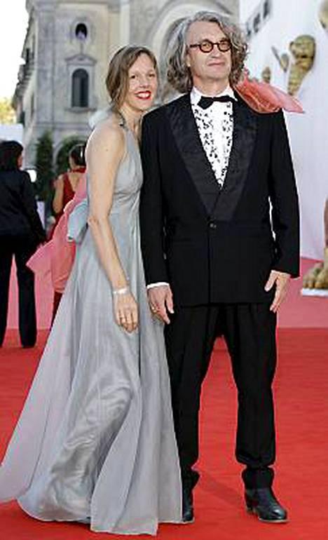 Tuomariston puheenjohtajana toimiva saksalaisohjaaja Wim Wenders poseerasi punaisella matolla Donata-vaimonsa kanssa.