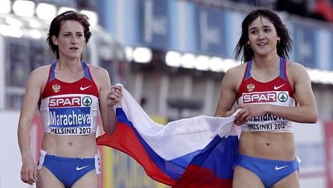 Irina Maratsheva (vas.) juhli Helsingin EM-kisojen naisten 800 metrin pronssimitaliaan yhdessä kisan voittajan, maannaisensa Jelena Arzhakovan kanssa, joka on myös kärynnyt dopingista ja menetti Helsingin EM-kultansa myöhemmin.