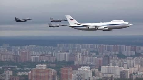Iljushin Il-80 lensi Voitonpäivän paraatissa Moskovan yli.