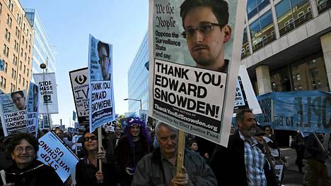 Sadat ihmiset osoittivat mieltään Yhdysvaltojen pääkaupungissa Washingtonissa lauantaina.