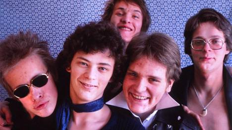 Eppu Normaali pari vuotta aloittamisensa jälkeen vuonna 1978: laulaja Martti Syrjä, kitaristi Juha Torvinen, kitaristi Pantse Syrjä, basisti Mikko Saarela sekä rumpali Aku Syrjä.
