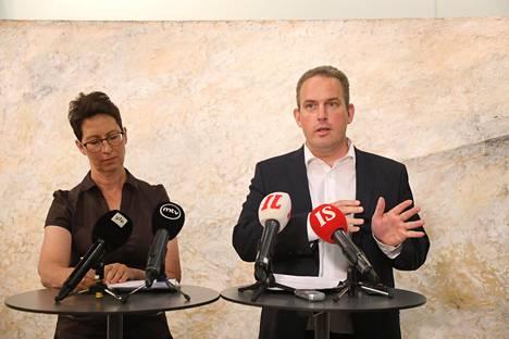 Sari Essayah (kd) ja Jani Mäkelä (ps) esittelivät kokouksen jälkeen perusteluita valiokunnan kannasta eriäville mielipiteilleen.