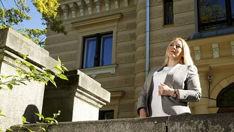 –Suomessa kalliit häät erottuvat pienen budjetin häistä laadukkaammalla ruoka- ja juomatarjonnalla, Anu Beadle kertoo.