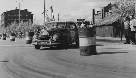 Vuonna 1956 veljekset Osmo ja Eino Kalpala ajoivat Jyväskylän suurajojen voittoon.