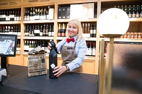 Pannaanko pussiin?Helsingin Töölöntorin retromyymälästä saa halutessaan nostalgiahengessä pullot paperiin käärittynä tai pussissa. Nykyään Alkon kasseja ja tuotteita kannellaan paljon rohkeammin kuin ennen.