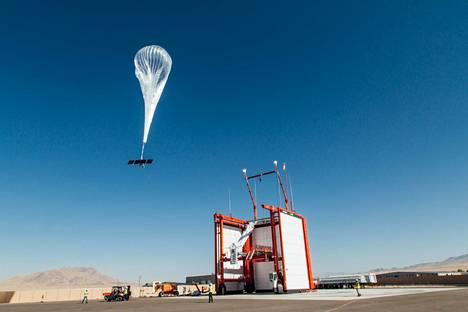 Googlen ilmapallo lähdössä ylös taivaisiin.