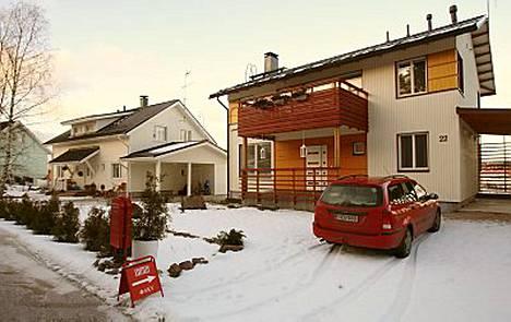 Saarelat tekivät eilen iltapäivällä asuntokaupat espoolaisperheen kanssa.