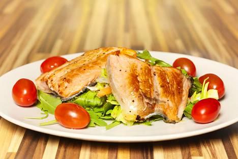 Lohisalaatti on pätevä lounas – kalassa on hyviä rasvoja.