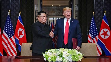 Pohjois-Korean johtaja Kim Jong-un ja Yhdysvaltain presidentti Donald Trump kuvattuna Singaporessa kesäkuussa 2018.