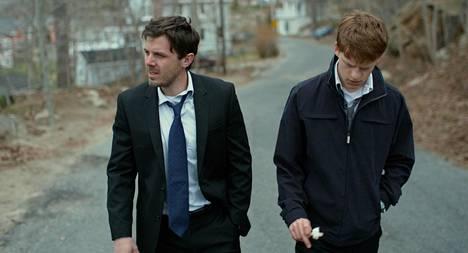 Lee (Casey Affleck) auttaa veljenpoikaansa (Lucas Hedges) sen jälkeen, kun tämän isä kuolee.