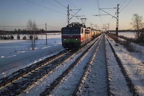 Tavarajuna matkaa peltomaisemassa, joka ei suoraan liity Jämsän hanhihavaintoon.