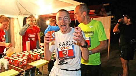 Hämäläinen Sveitsin Bielissä yli yön juostavassa sadan kilometrin ultrajuoksuklassikossa. (Kirjan kuvitusta)