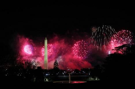 Ilotulitukset valaisivat taivaan Washington-monumentin yllä.