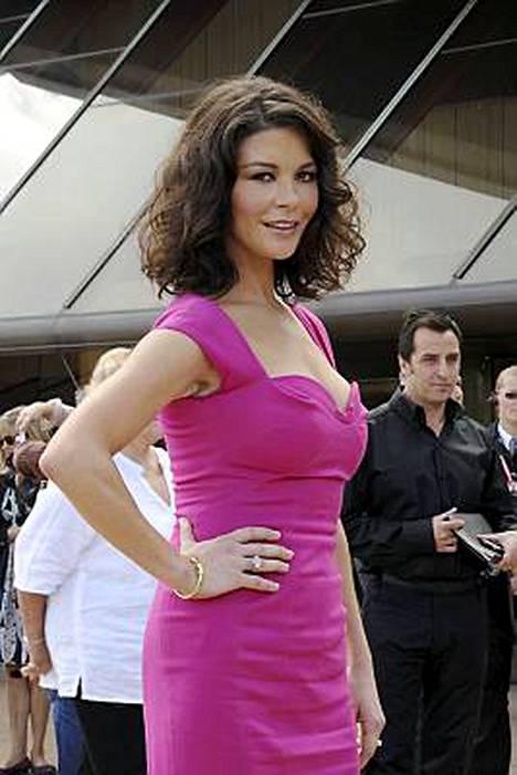 Ikä ei paina 38-vuotiasta Catherine Zeta-Jonesia.