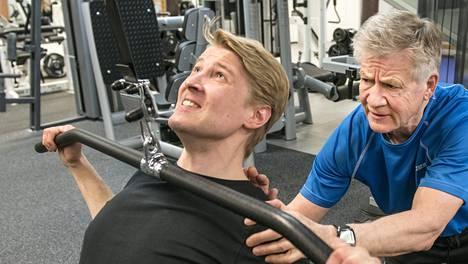 65-vuotias personal trainer Pentti Mikkonen huolehtii, että Olli Similä treenaa oikein.
