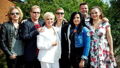 Vuoden 2012 Vain elämää -ohjelmassa olivat mukana Jonne Aaron (vas.), Pertti Neumann, Katri Helena, Cheek, Kaija Koo, Jari Sillanpää sekä Erin Anttila.