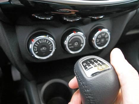 Dieseleissä on kuusi, ja bensii ni malleissa viisi vaihdetta.