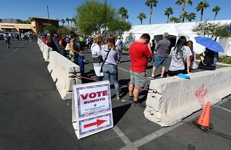 Ihmiset jonottivat äänestyspaikalle Las Vegasissa 17.10.