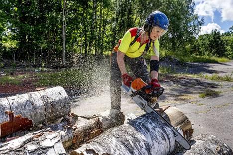 Laakkonen harjoittelee moottorisahaamista Hämeenkylän kartanon parkkipaikalla ja kotonaan Lohjalla.