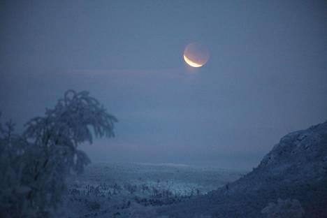 –Kuunpimennennys näkyi Utsjoen Outakoskella vähän aikaa pilvien raosta.