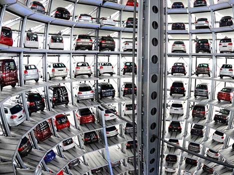 Valmiit Volkswagenit odottavat pääsyä myyntiin Wolfsburgin tehtaalla.