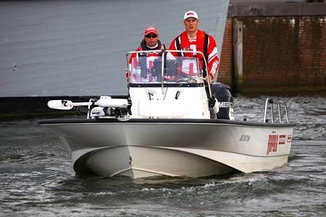 Markku Tiusanen ja Antti Anttila voittivat kilpailusta komean veneen.
