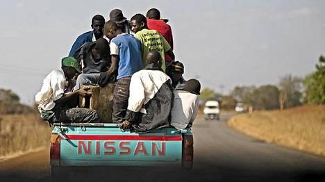 Tavallisen näköisiä zimbabwelaisia. Poliittisiin julmuuksiin syyllistyneen valtapuolueen ZANU-PF:n kannattajia matkalla uudelleenvalitun Robert Mugaben virkaanastujaisiin kansalliselle urheilustadionille.