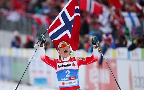 Johaug juhlimassa naisten 30 kilometrin kilpailun MM-kultaa.