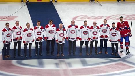 12 Montreal Canadiensin kapteenia poseerasi rinnakkain Centre Bellin jäällä. Saku Koivu (vas.), Vincent Damphousse, Guy Carbonneau, Chris Chelios, Serge Savard, Yvan Cournoyer, Bob Gainey, Kirk Muller, Mike Keane, Pierre Turgeon, Brian Gionta ja Shea Weber.