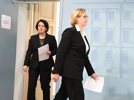 Työministeri Tuula Haatainen (sd) pani nopeasti tuulemaan huoltovarmuuskeskuksen johtajan vaihtamisessa, mutta hallituksen kannattaisi muistaa myös oma vastuunsa kriisin ylimpänä johtajana eikä pestä käsiään.