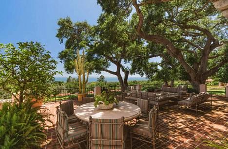 Luksuskartanon pihalla voi nauttia Kalifornian auringosta useilla eri oleskelupaikoilla.
