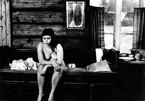Maritta Viitamäki näytteli vuonna 1973 ensi-iltansa saaneessa elokuvassa Maa on syntinen laulu.