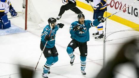 Joe Pavelski (oik.) aloitti Sharksin juhlat lännen kuudennessa konferenssifinaalissa.