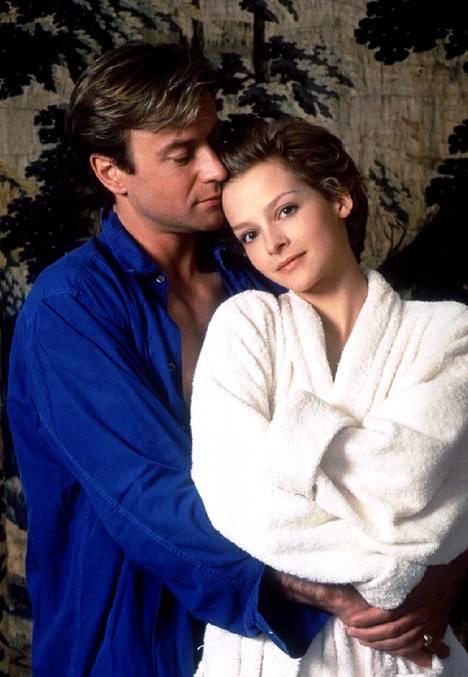 Julie Cox näytteli prinsessa Dianaa rinnallaan Christopher Villiers James Hewittinä.