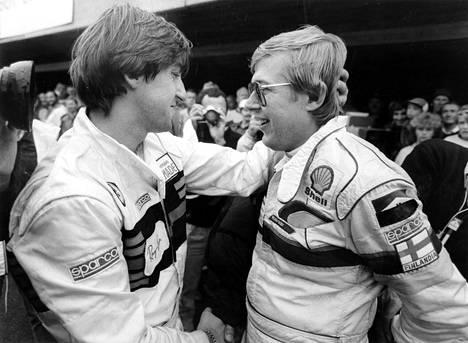 Henri Toivonen onnitteli Timo Salosta maailmanmestaruudesta ja Suomen MM-rallin voitosta Jyväskylässä 1985.