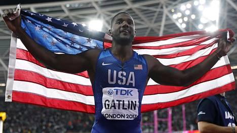 Justin Gatlin juhlii MM-kultaa Lontoossa.
