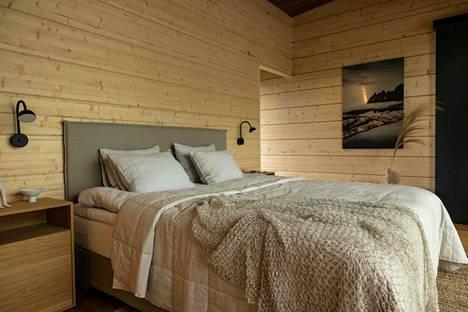 Villa Nordic Storiesin makuuhuone on malliesimerkki niin luonnonvärien kuin -materiaalienkin harmonisesta käytöstä.