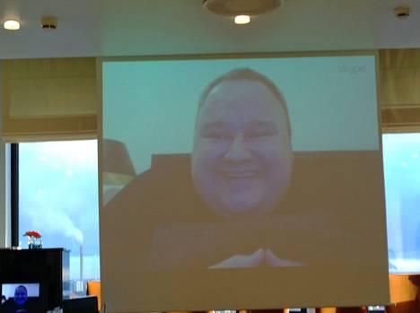 Kim Dotcom puhui suomalaistoimittajille Skype-yhteyden välityksellä Hotelli Tornissa Helsingissä viime vuonna.