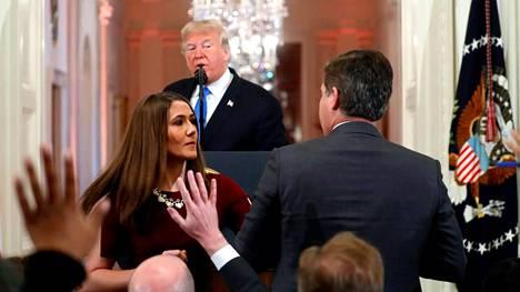 Valkoisen talon harjoittelija riensi ottamaan CNN:n toimittaja Jim Acostalta mikrofonia pois.