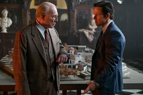 Mark Wahlberg (oik.) näyttelee miljardööri Gettyn (Christopher Plummer) palveluksessa olevaa vaikeiden asioiden hoitajaa.