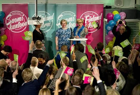 Keskustan varapuheenjohtajat Annika Saarikko ja Anu Vehviläinen huudattivat yleisöä valvojaisissa paikkaennusteen jälkeen.