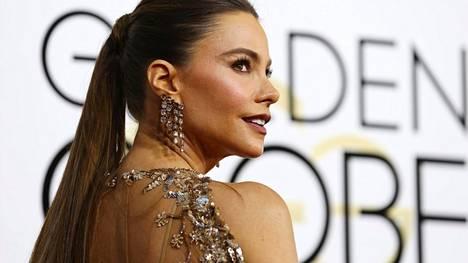 Sofia Vergara pukeutui pronssisina ja hopeisina hohtaviin koruihin ja iltapukuun.