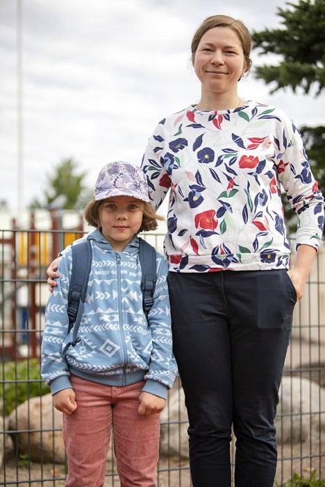 Agata, 7, odotti koulupäivän alkua yhdessä äitinsä Olga Smelovan kanssa. Reppuun oli pakattu uudet koulutarvikkeet.