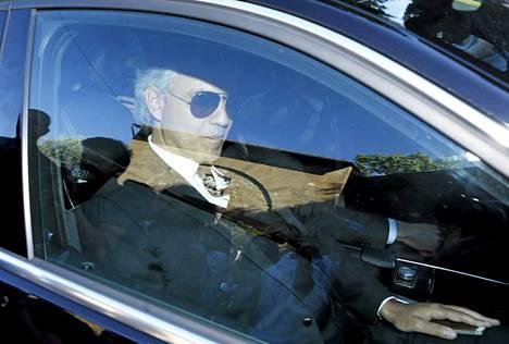 Tenori Andrea Bocelli saapumassa vihkitilaisuuteen.