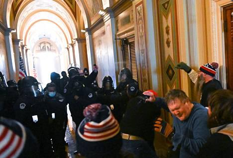 Poliisi käytti sisällä lamautussuihketta väkijoukon hallintaan.