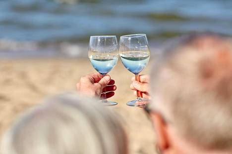 Alkoholi aiheuttaa ongelmia jo ennen kuin kyse on varsinaisesta alkoholiongelmasta. Tutkimuksen mukaan yli puoli miljoonaa suomalaista käyttää alkoholia siinä määrin, että pitkäaikaisten terveyshaittojen riski on kohonnut.