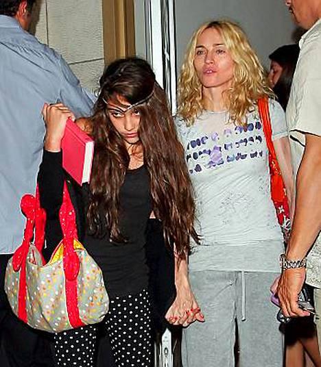 Madonnan esikoinen, 11-vuotias Lourdes on perinyt isänsä Carlos Leonin tummat piirteet ja äitinsä kiinnostuksen muotiin.