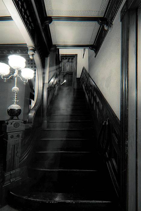 Tarinan mukaan talossa on kuultu viheltelyä ja askeltamista. Aavebongarit kertovat myös nähneensä siellä kummia.